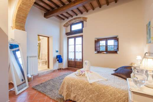 San Leolino (x 10 people) with Staff and Cook - Ground floor master double bedroom with en suite bathroom with jacuzzi bath and walk-in shower