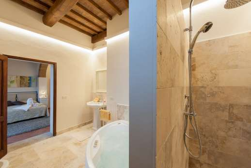 San Leolino (x 10 people) with Staff and Cook - San Leolino (x 10 people) with Staff and Cook - En-suite bathroom leading through to master bedroom