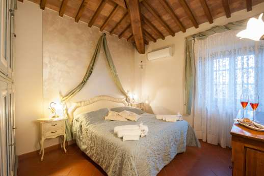 San Leolino (x 10 people) with Staff and Cook - Air conditioned first floor double bedroom with en suite