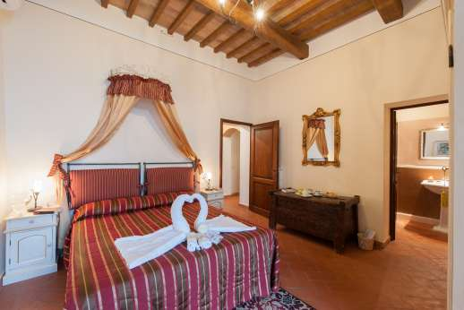 San Leolino (x 10 people) with Staff and Cook - Ground floor double bedroom with en suite bathroom and access to the garden.