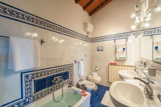 La Tegolaia - A bathroom with bath.