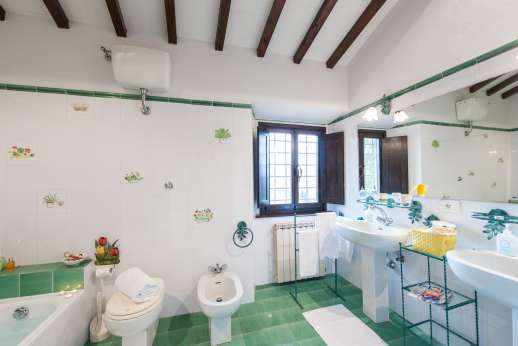 La Tegolaia - Another one of the 8 bathrooms.