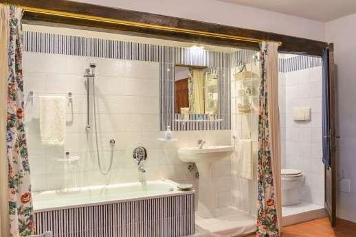 La Tegolaia - A double bedroom with bathroom.