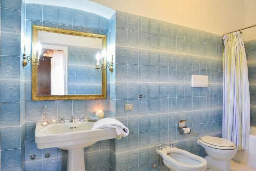 Villa Bracciano - A bathroom.
