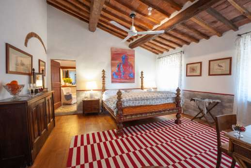 Tizzano - Large double bedroom in the first floor with en suite with jacuzzi bath