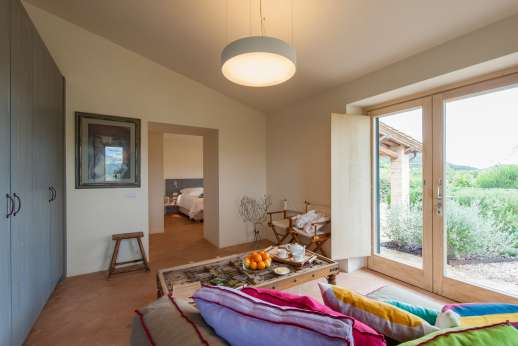 La Gemma Dorata - Sitting room leading through to bedroom with access to outside