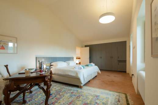 La Gemma Dorata - Another view of the first floor double bedroom with ensuite bathroom