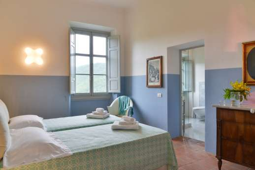 Villa Caprolo - Ground floor, twin bedroom with en suite bathroom, and geo thermal air conditioning.