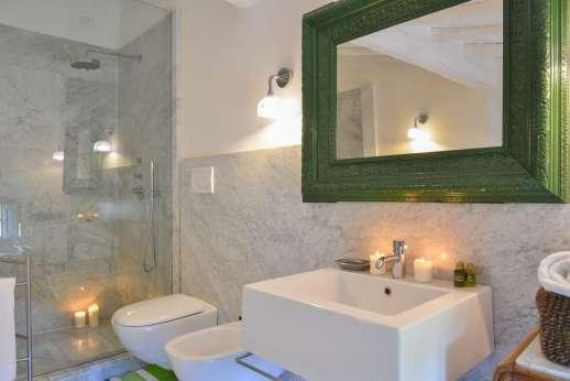 Villa Caprolo - Main house first floor twin bedroom bathroom
