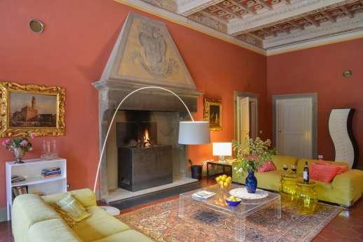 Villa Caprolo - The large living room with a fireplace.