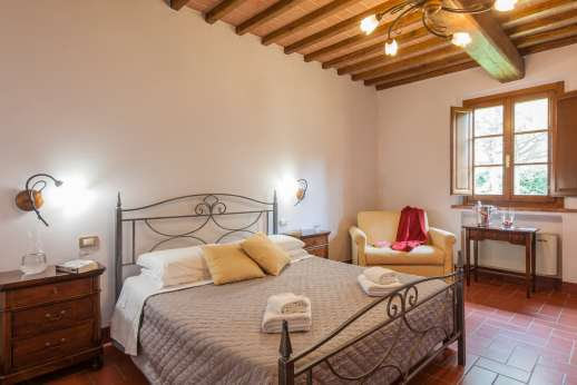 Il Renaccio - An air conditioned double bedroom, with en suite bathroom.