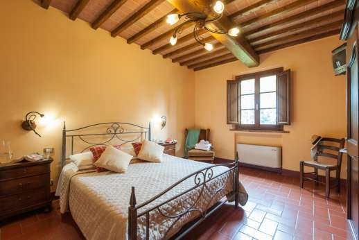 Il Renaccio - Another of the air conditioned double bedrooms with en suite bathroom.