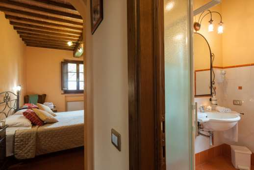 Il Renaccio (x 20 people) with Staff and Cook - Bathroom leading through to bedroom