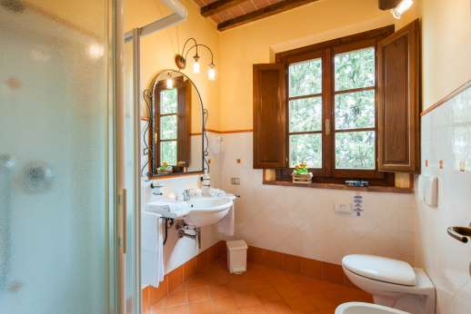 Il Renaccio (x 20 people) with Staff and Cook - An en suite bathroom.