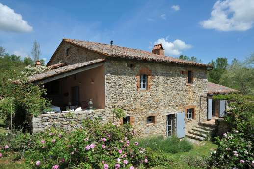 The Rose Barn - The Rose Barn is traditional stone farmhouse with some delightful decorative touches. Nestled against a terraced hillside midway between Lake Trasimeno and Orvieto.