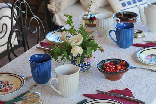 The Rose Barn - Al fresco meals can be served in the airy loggia along one side of the house