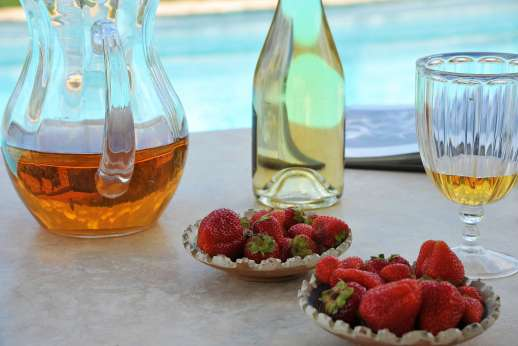 The Rose Barn - Enjoy breakfast by the pool