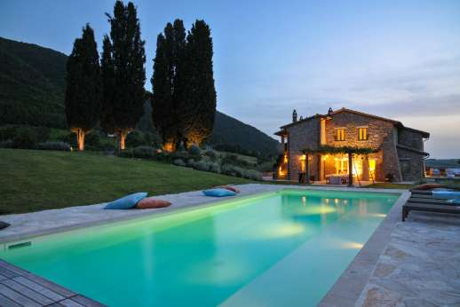 La Gemma Dorata - The pool and crowns enjoy outdoor lighting so the grounds can be enjoyed in the evening