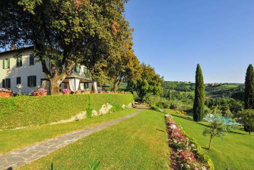 Villa di Pile - The very large landscaped garden with flower beds