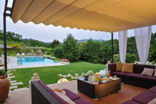 Podere Brogi - Shaded outdoor seating area by the pool