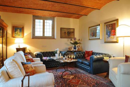 Podere Brogi - Large sitting room with vaulted ceilings.