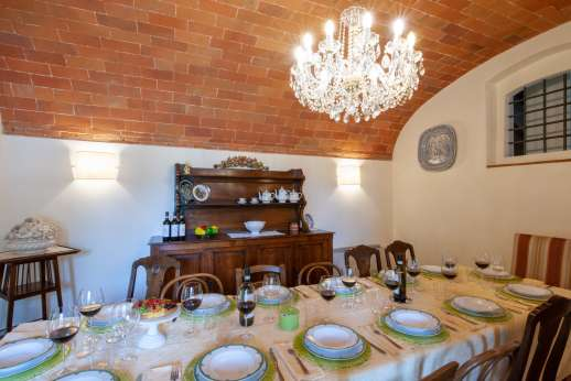 Podere Brogi - The dining room also with vaulted ceilings.