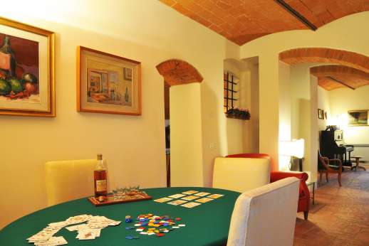 Podere Brogi - In the sitting room, cards table for those fun evenings with family and friends,