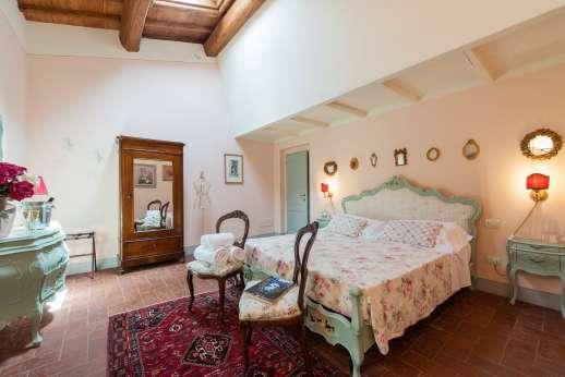 Podere Brogi - Air conditioned double bedroom with en suite bathroom.