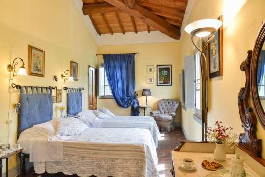 Podere Brogi - Air conditioned twin bedroom with en suite bathroom.