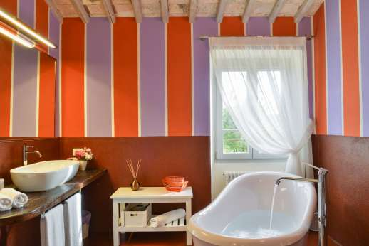 Podere Brogi - Guesthouse ensuite bathroom with a separate bath and shower