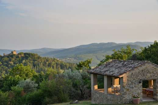 Crocci di Sotto - The property straddles the Tuscan-Umbrian border in an area of lovely walking trails, within easy reach of Lake Trasimeno and hilltop Perugia on the Umbrian side