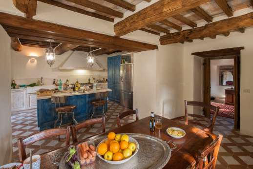Crocci di Sotto - A well-equipped kitchen with breakfast table.