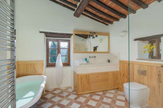 Crocci di Sotto - The en suite bathroom with bath and a separate shower.