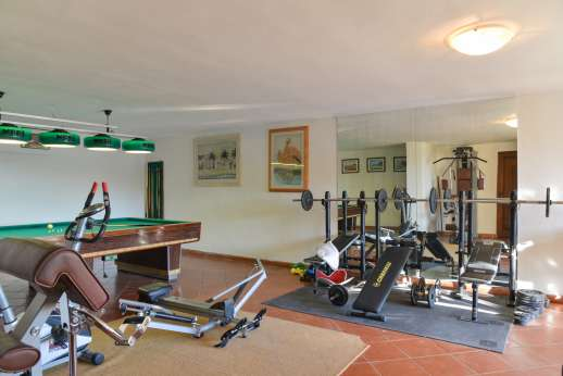 San Leolino - Gym and snooker table in the pool house under the swimming pool